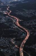 大阪方面(奥)に向かう車で渋滞する中国道=兵庫県西宮市で2018年1月3日午後5時19分、本社ヘリから幾島健太郎撮影