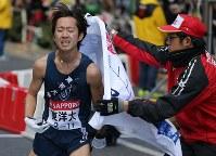 2位でフィニッシュする東洋大のアンカーの小笹椋(左)=東京都千代田区で2018年1月3日、宮武祐希撮影