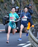 6区で東洋大の今西(右)を追い抜き、トップに立った青学大の小野田=神奈川県箱根町で2018年1月3日(代表撮影)