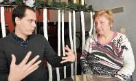 チェコの将来について語る「ANO」青年組織議長のジリ・ティル氏(左)と祖母のニコリンカ・オパルコバさん=チェコ東部オストラバで2017年12月28日午後1時26分、三木幸治撮影