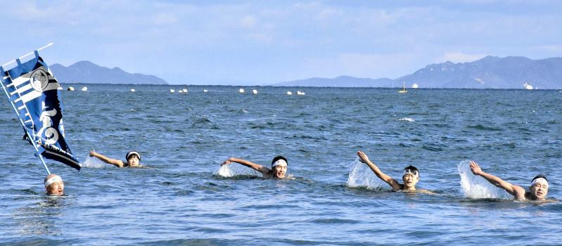初泳ぎ:古式泳法で冷たい海をス...