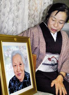 遺影を見つめながら母への思いを語る冨永さん=熊本市中央区で2017年12月21日午後6時30分、中里顕撮影