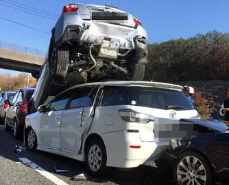 福岡・九州道:9台絡む事故 女性...