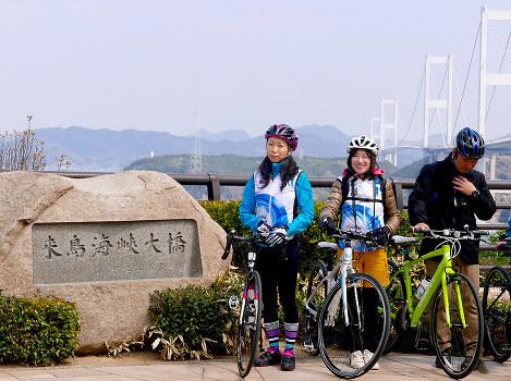 来島海峡大橋で記念写真に納まる一青妙さん(左端)=ワイズ提供