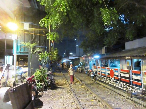 バンコクには随所に貧しいスラムも