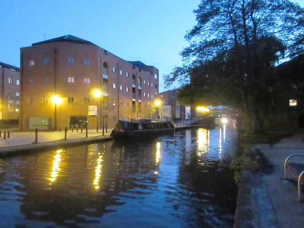 英チェスターの城壁の外にある運河の夜景