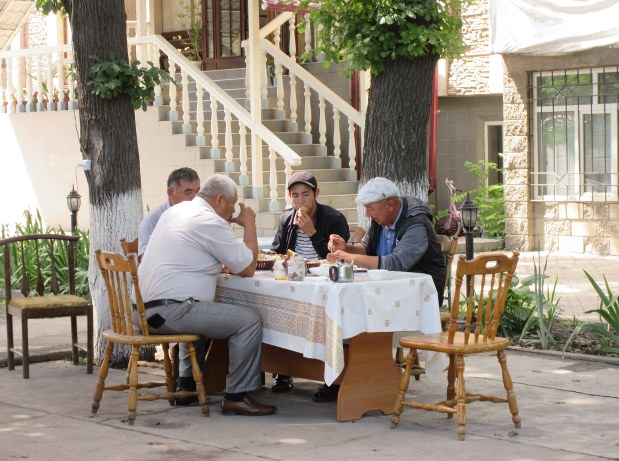 ビシケクの街頭で会食する地元ビジネスマン。アジア系とロシア系