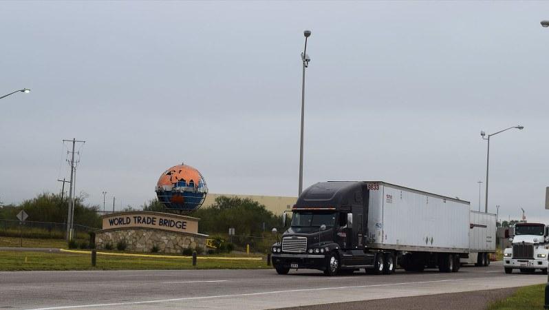 米国とメキシコとの国境に架かる「ワールド・トレード橋」に向かうトレーラー=米南部・テキサス州ラレドで2017年11月30日、清水憲司撮影