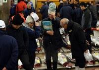 築地市場の生鮮マグロ卸売場で、初競りを前にあいさつを交わす市場関係者ら=東京都中央区で2018年1月5日午前4時41分、小川昌宏撮影