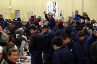 築地市場の冷凍マグロ卸売場で、大勢の市場関係者らが参加した初競り=東京都中央区で2018年1月5日午前5時38分、小川昌宏撮影