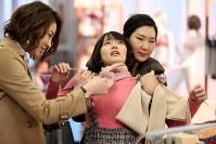 """今回、ドラマで吉岡里帆さん(中央)が演じる""""今日子""""は「変な子」。時折あふれ出す言葉は周囲には突拍子もないものに映る=小川昌宏撮影"""