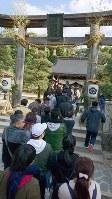 松陰神社には初詣客の長い列が=山口県萩市で2日、伊藤智永撮影