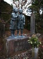 曽我兄弟が眠る城前寺敷地内には幼いころの銅像がある=神奈川県小田原市で