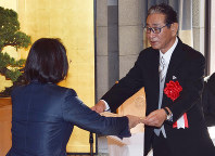 Senichi Hoshino receives the municipal culture order from Kurashiki Mayor Kaori Ito at the city hall in Okayama Prefecture on Nov. 3, 2017. (Mainichi)