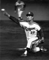 In this July 1976 file photo, the Chunichi Dragons' Senichi Hoshino pitches during a game against the Yomiuri Giants. (Mainichi)
