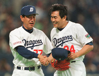 Chunichi Dragons manager Senichi Hoshino, left, is seen with ace pitcher Masa Yamamoto after his eighth win of the season in April 1999. (Mainichi)