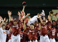 In this Sept. 26, 2013 file photo, Rakuten Eagles manager Senichi Hoshino is seen thrown in the air after the team clinched the Pacific League pennant. Then Eagles pitcher Masahiro Tanaka is seen toward the center of the front row. (Mainichi)