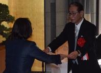 伊東香織・倉敷市長(左)から市文化章を受け取る星野仙一氏=同市役所で2017年11月3日午前10時8分、小林一彦撮影