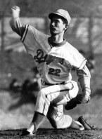 中日ルーキー、星野投手のたくましいピッチング=1969年3月