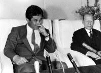 中山・中日球団社長(右)から監督就任の要請をうける星野仙一氏=1986年10月