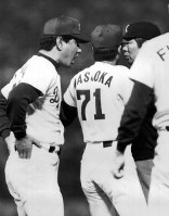 [中日2─3巨人9回戦]八回裏中日二死一塁、宇野三振の判定に抗議する星野監督(左)=1987年5月