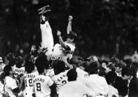 [中日11─3ヤクルト25回戦]リーグ優勝で胴上げされる星野監督=7日ナゴヤ球場=1988年10月