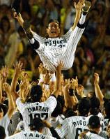 胴上げで星野監督が宙に舞った=阪神甲子園球場で2003年9月15日、梅村直承撮影