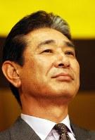 監督辞任会見で、星野監督は寂しそうな表情で遠くを見つめるような仕草を見せた=大阪市福島区のホテルで2003年10月28日、小関勉撮影