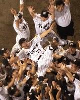 阪神が18年ぶりのリーグ優勝を決め、胴上げされる星野仙一監督=03年9月15日、本社ヘリから石井諭写す