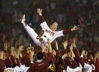 【楽天3-0巨人】巨人を破って日本一となり、胴上げされる楽天の星野仙一監督=クリネックススタジアム宮城で2013年11月3日、小出洋平撮影