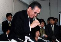 1997年11月24日、自主廃業決定後、涙を流しながら会見する山一証券の野沢正平社長。臨時取締役会で自主廃業を決め、大蔵省に営業停止を届け出た。創業101年の歴史に終止符を打った=東京都中央区の東証で、河内安徳撮影