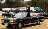 オープンカーに乗り、警察官らを巡視する村田隆・大阪府警本部長=大阪市中央区の大阪城公園で、津久井達撮影