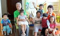 子どもたちに被爆体験を伝える三宅信雄さんと小谷孝子さん。小谷さんは腹話術で広島の被爆体験を語り継ぐ=2015年7月撮影、ピースボート提供