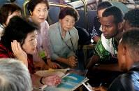 エリトリア寄港時に現地の若者を招いて行われた証言会で、参加者と会話するサーロ―節子さん(左手前)=2008年10月撮影、ピースボート提供