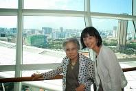 シンガポールで証言会を行った広島での被爆者、笹森恵子さん(左)とクラウドファンディングを呼びかけている畠山澄子さん。畠山さんは被爆者と直接関わる中で「自分にとって大切な人になった」=2013年撮影、ピースボート提供