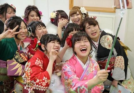 7年ぶりに浪江町内で開催された成人式で、同級生との久々の再会を喜ぶ新成人たち=福島県浪江町で2018年1月7日午後1時48分、喜屋武真之介撮影