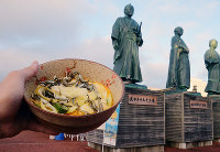 武市半平太像と玉子とじ=高知市北本町2で、岩間理紀撮影
