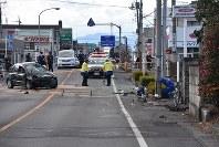 左が事故車両。右にあるのが女子高生が乗っていた自転車=前橋市北代田町で2018年1月9日午前10時20分、西銘研志郎撮影