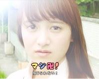 LINEが制作した動画「ワンチャンワンドキ!JK用語でJKの1日を再現してみた」の一シーン。使う場面で「卍」の意味は変わる=(c)LINE Corporation