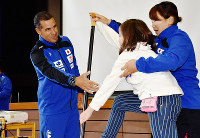 小学生を指導するペドロ・セナさん(左)=石川県小松市白江町の市立第一小で、日向梓撮影