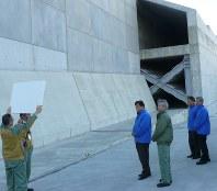防波壁を視察する川勝平太知事(右から4人目)ら=御前崎市の浜岡原発で