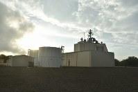 米ハワイ州カウアイ島にある陸上配備型迎撃システム「イージス・アショア」の試験施設。敷地内には非常用発電施設や燃料用とみられるタンクなども設けられていた=2018年1月10日午前8時12分、秋山信一撮影