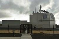 米ハワイ州カウアイ島にある陸上配備型迎撃システム「イージス・アショア」の試験施設。建物右上部の壁にレーダーの平板アンテナが取り付けられ、上部に管制や通信用のアンテナがある=2018年1月10日午前8時28分、秋山信一撮影