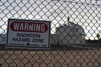 米ハワイ州カウアイ島にある陸上配備型迎撃システム「イージス・アショア」の試験施設。周囲のフェンスには「放射線危険区域」と警告する看板が取り付けられていた=2018年1月10日午前8時51分、秋山信一撮影