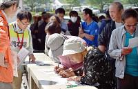 罹災証明書の申請手続きをする熊本地震の被災者ら=熊本県益城町で2016年5月1日、川平愛撮影