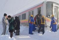 積雪で立ち往生したJR信越線の車両から降りる乗客ら=新潟県三条市で2018年1月12日午前8時21分、西本勝撮影
