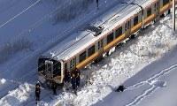 大雪の影響で立ち往生するJR信越線の車両=新潟県三条市で2018年1月12日午前7時55分、本社機「希望」から