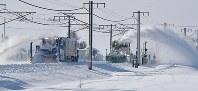 積雪で電車が立ち往生したJR信越線で除雪する車両=新潟県三条市で2018年1月12日午前9時29分、西本勝撮影