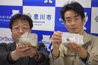 受験生たちへ合格祈願のお守りとして配布される「貫通石」=豊川市役所で2017年12月8日午後3時32分、石塚誠撮影