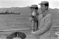 青函連絡船「大雪丸」で青森から函館に向かう聖火灯に収納された聖火。大雪丸は海上自衛隊護衛艦5隻と海上保安部巡視船3隻に護衛され航行した=津軽海峡で1972年1月20日撮影